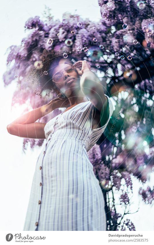 Frau Natur Sommer Farbe schön Baum Blume Erholung schwarz Lifestyle Erwachsene Blüte Glück Garten frisch Lächeln