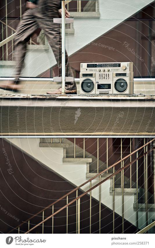 Tonleiter Mensch Bewegung Stil Beine Musik braun Fassade Treppe Design Lifestyle retro Geländer Treppenhaus Ghettoblaster