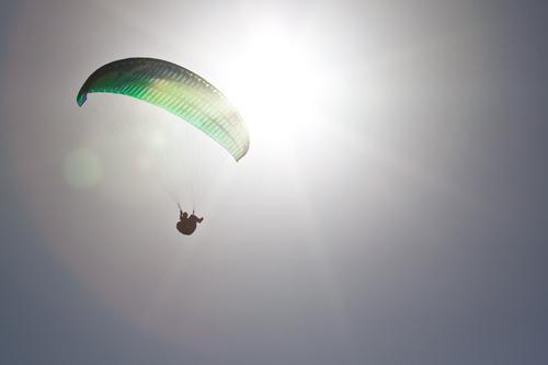 Ikarus 1 Freizeit & Hobby Gleitschirmfliegen Abenteuer Freiheit Sommer Sonne Mensch Wolkenloser Himmel Schönes Wetter Fluggerät ästhetisch Unendlichkeit grau