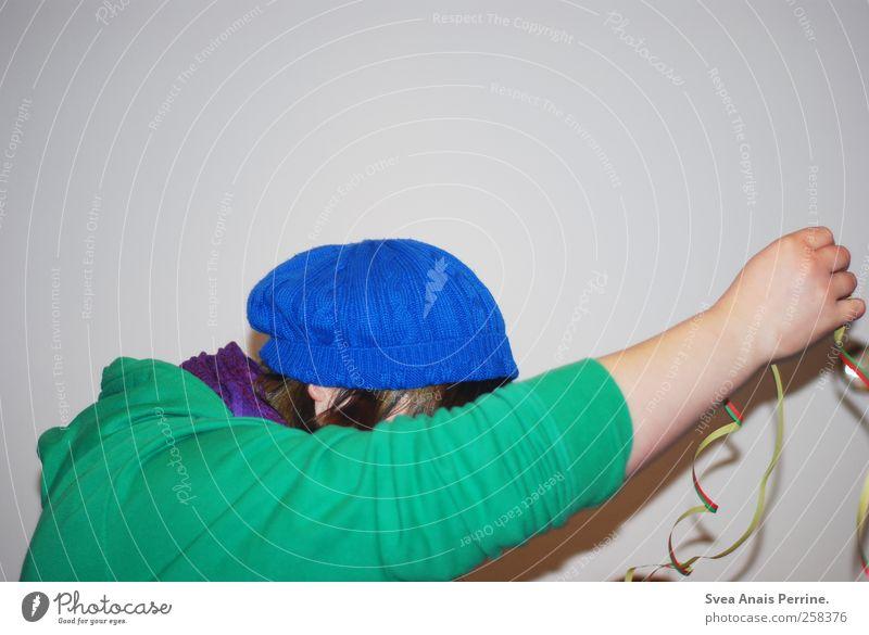 das leben ist ein Karneval. Arme Hand 1 Mensch 18-30 Jahre Jugendliche Erwachsene Mauer Wand Mütze Pullover Schal brünett Bewegung festhalten außergewöhnlich