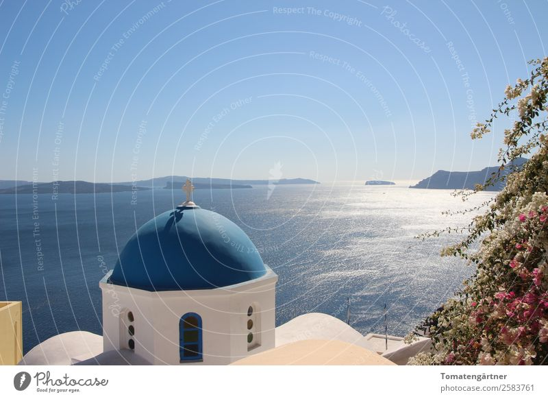 Blick in die Caldera Landschaft Wasser Himmel Schönes Wetter Meer Ägäis Insel Santorin Kirche Kuppeldach Stein Kreuz ästhetisch schön blau rosa weiß ruhig