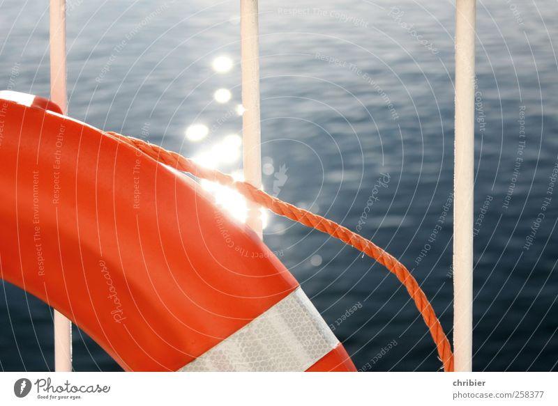 Der kann gar nix! Kreuzfahrt Meer Schifffahrt An Bord Rettungsring Sicherheit rund Geländer Farbfoto Außenaufnahme Nahaufnahme Tag Reflexion & Spiegelung