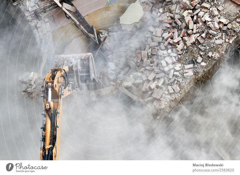 Gebäudeabbruch mit einem Bagger. Haus Baustelle Maschine Ruine Mauer Wand Traurigkeit bedrohlich oben Kraft Macht Tod gefährlich Stress Abriss zermalmend