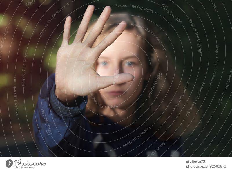 Keine Grenzüberschreitung | Stopp !! feminin Mädchen Junge Frau Jugendliche 1 Mensch 13-18 Jahre blond langhaarig Blick Ende Entschlossenheit Gefühle