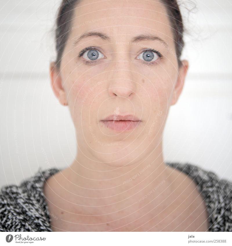 direkt. Mensch feminin Frau Erwachsene Kopf Gesicht 1 30-45 Jahre schön Farbfoto Innenaufnahme Hintergrund neutral Tag Porträt Blick Blick in die Kamera