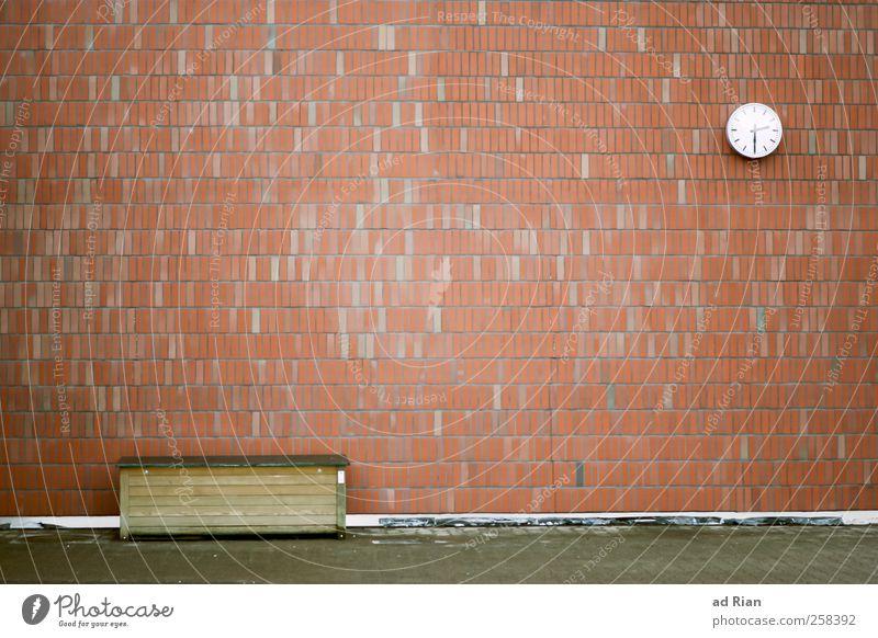 The Wall Uhr Menschenleer Platz Fassade Backstein trist Stadt Fortschritt Termin & Datum Farbfoto Außenaufnahme Tag Totale