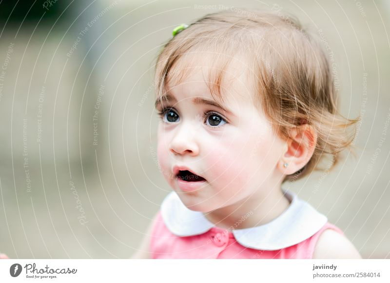 Liebenswertes kleines Mädchen, das in einem Stadtpark spielt. Lifestyle Freude Glück schön Freizeit & Hobby Spielen Sommer Kind Mensch Baby Kleinkind Kindheit