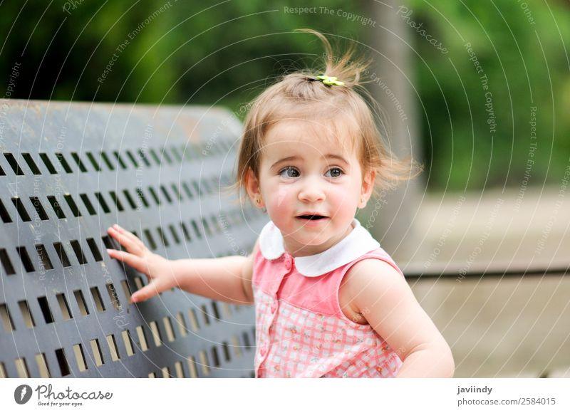 Liebenswertes kleines Mädchen, das in einem Stadtpark spielt. Lifestyle Freude Glück schön Freizeit & Hobby Spielen Sommer Kind Mensch Baby Kleinkind Kindheit 1
