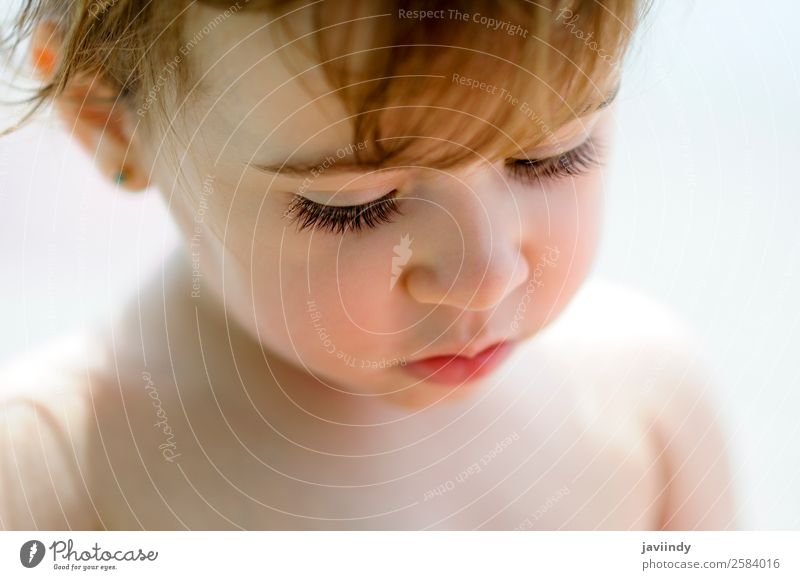 Nahaufnahme des bezaubernden kleinen Mädchens im Freien. Lifestyle Freude Glück schön Gesicht Sommer Kind Mensch Baby Kleinkind Kindheit 1 0-12 Monate 1-3 Jahre