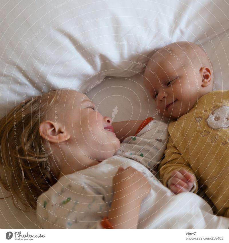 Geschwister Mensch Kind Mädchen Erholung Glück lachen Familie & Verwandtschaft Kindheit Zufriedenheit Baby Sicherheit Bett Kommunizieren beobachten berühren Lächeln