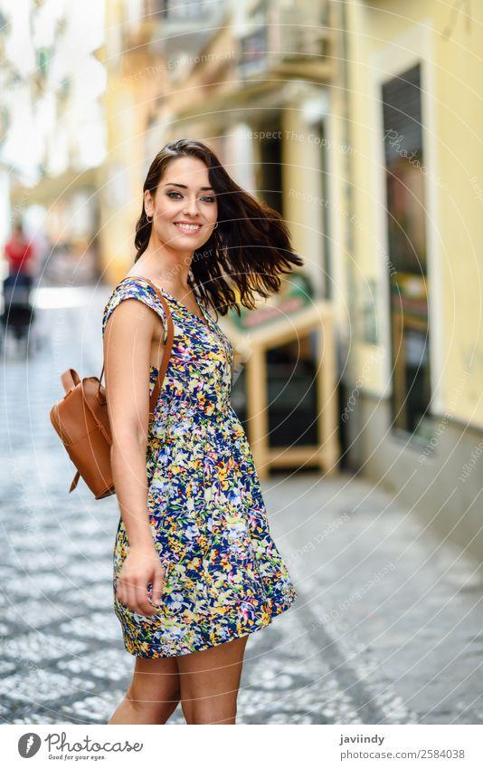 Lächelnde junge Frau mit braunem, welligem Haar im Freien. Lifestyle Stil Glück schön Haare & Frisuren Sommer Mensch feminin Junge Frau Jugendliche Erwachsene 1