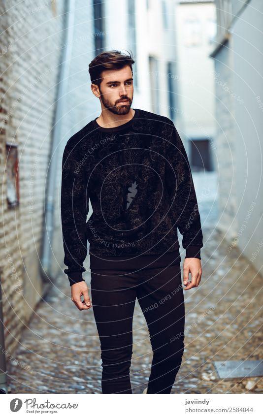 Junger bärtiger Mann im urbanen Hintergrund, der Freizeitkleidung trägt. Lifestyle Stil schön Haare & Frisuren Mensch maskulin Junger Mann Jugendliche