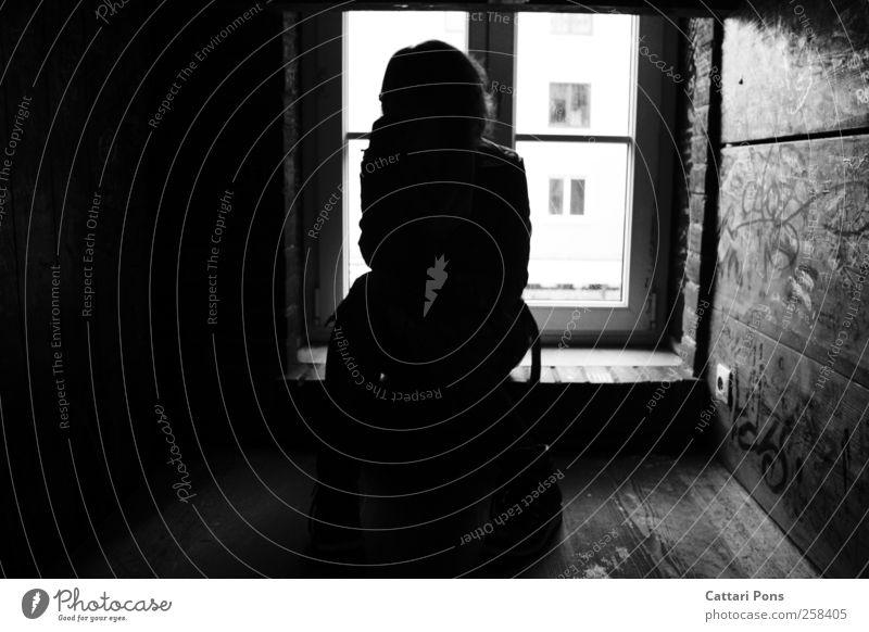 Schattenseiten. Junge Frau Jugendliche Erwachsene 1 Mensch sitzen dunkel einzigartig klein dünn Fenster Holzwand Fensterbrett Kontrast Licht & Schatten