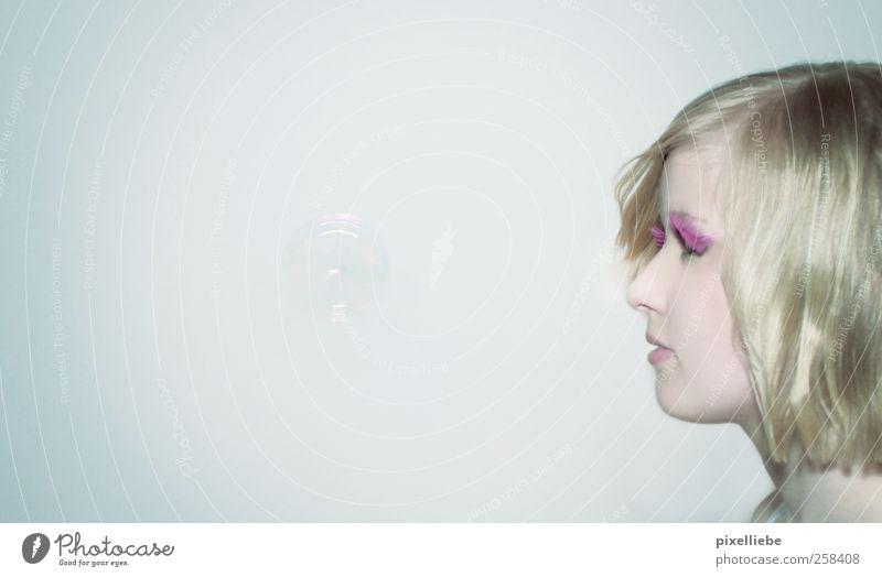 Die kleinen Dinge des Lebens... Frau Jugendliche Wasser schön ruhig Erwachsene Erholung feminin Kopf klein träumen Luft Zufriedenheit blond elegant fliegen