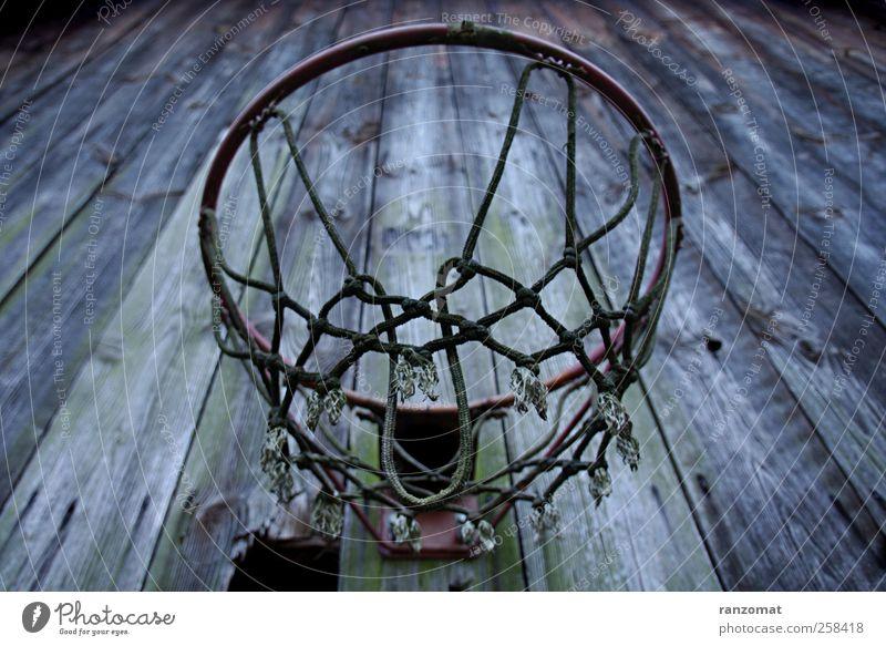 Basketballkorb alt blau grün rot Einsamkeit ruhig Tod dunkel oben Stimmung hoch Kindheitserinnerung kaputt trist Verfall Ruine