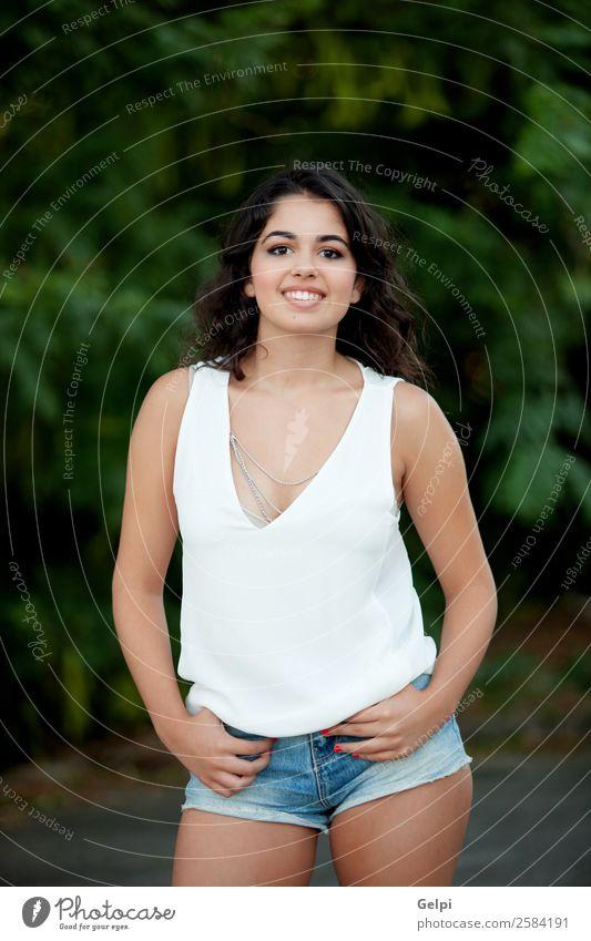 Schönes brünettes Mädchen Lifestyle Freude Glück schön Gesicht Freizeit & Hobby Sommer Mensch Frau Erwachsene Kindheit Jugendliche Natur Park Jeanshose Lächeln