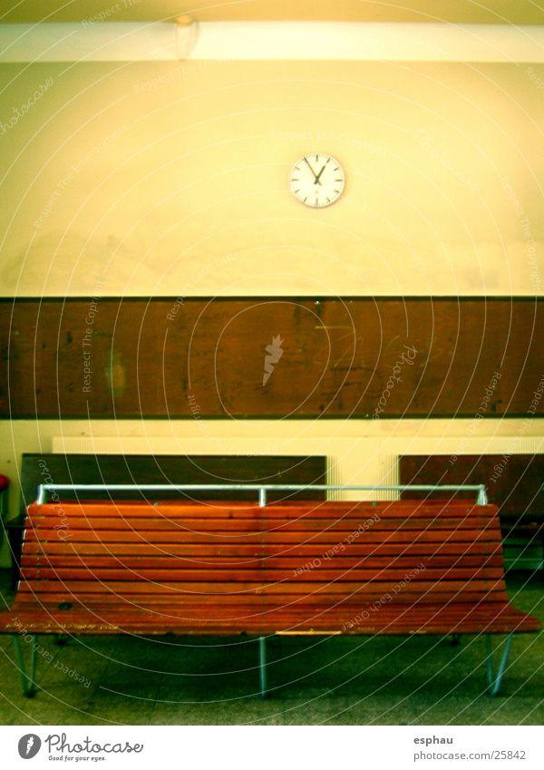 die Zeit läuft ab Ferien & Urlaub & Reisen Raum Verkehr leer Bank Uhr Dinge Station Möbel Bahnhof Foyer Warteraum