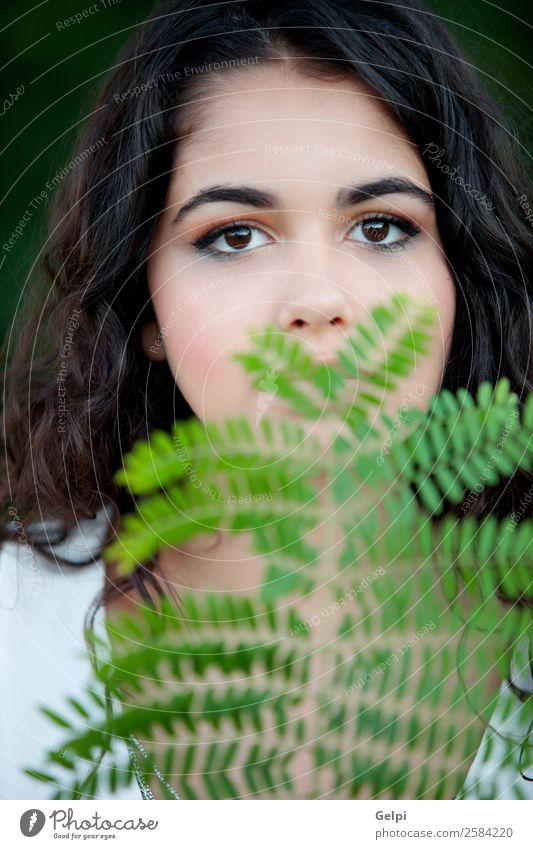 Schönes brünettes Mädchen Lifestyle Freude Glück schön Gesicht Freizeit & Hobby Sommer Mensch Frau Erwachsene Kindheit Jugendliche Natur Blatt Park Lächeln