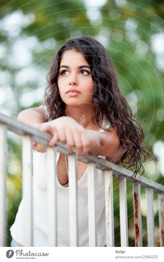 Schönes brünettes Mädchen Lifestyle Freude Glück schön Gesicht Freizeit & Hobby Sommer Mensch Frau Erwachsene Kindheit Jugendliche Natur Park Denken Lächeln