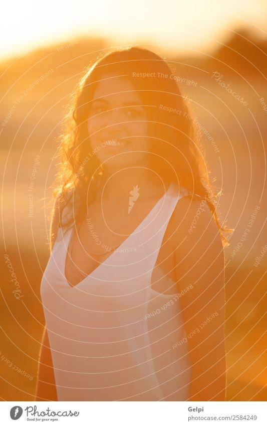 Schönes brünettes Mädchen Lifestyle Freude Glück schön Haare & Frisuren Gesicht Freiheit Sommer Sonne Mensch Frau Erwachsene Jugendliche Wärme Mode Lächeln