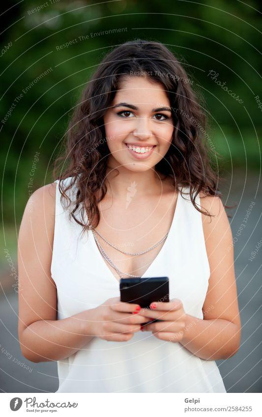 Schönes brünettes Mädchen Lifestyle Freude Glück schön Sommer Telefon PDA Technik & Technologie Mensch Frau Erwachsene Jugendliche Hand Natur Park Lächeln