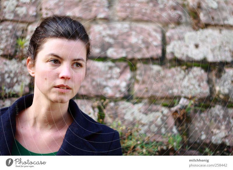 nicht sicher feminin Junge Frau Jugendliche 1 Mensch 18-30 Jahre Erwachsene Moos Mauer Wand brünett Zopf beobachten Denken entdecken schön selbstbewußt ruhig