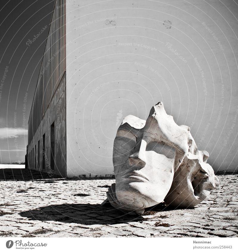 Zerbrochener Geist. weiß Sommer schwarz kalt Wand Architektur grau Kopf Stein Gebäude Mauer Fassade Beton ästhetisch Perspektive