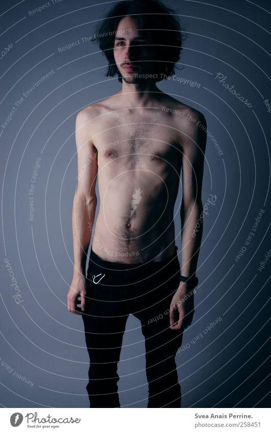 ... maskulin Körper Haut Haare & Frisuren Gesicht Brust Bauch 1 Mensch 18-30 Jahre Jugendliche Erwachsene Mode Hose schwarzhaarig langhaarig Locken dünn