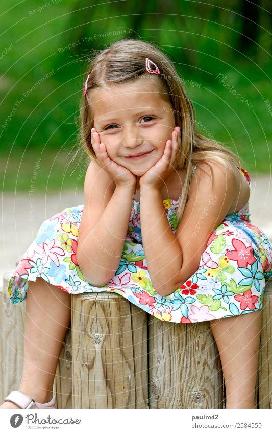 Lucia Mensch feminin Kind Kleinkind Mädchen Geschwister Schwester Kindheit 1 3-8 Jahre Erholung Blick sitzen authentisch Freundlichkeit Fröhlichkeit frisch