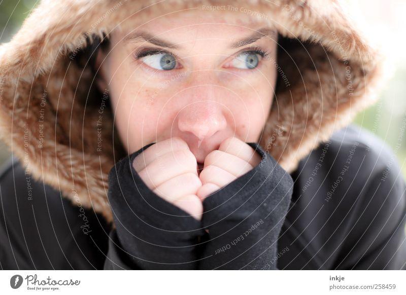 aufwärmen feminin Frau Erwachsene Leben Gesicht 1 Mensch Fell Kapuzenpullover Denken frieren warten frisch schön kalt kuschlig natürlich Wärme weich Ausdauer