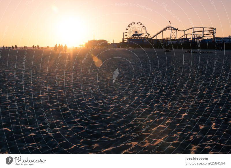 Silhouettes walking along Santa Monica beach during sunset Freude Freizeit & Hobby Ferien & Urlaub & Reisen Tourismus Abenteuer Ferne Freiheit Sightseeing