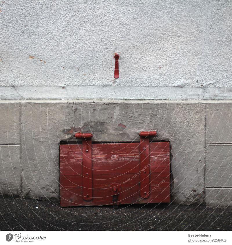 Der hält die Klappe ... Dorf Haus Mauer Wand Fassade Fenster Stein Holz Häusliches Leben ästhetisch einfach grau rot weiß Schutz Kellerfenster Holztür Haken