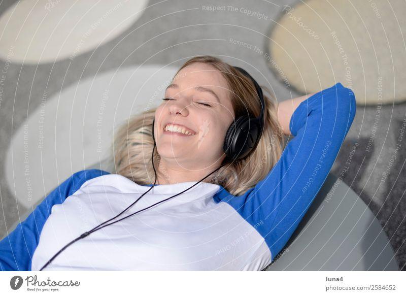 Frau mit Kopfhörer Lifestyle Freude Glück schön Zufriedenheit Erholung Freizeit & Hobby Musik Junge Frau Jugendliche Erwachsene blond langhaarig genießen hören