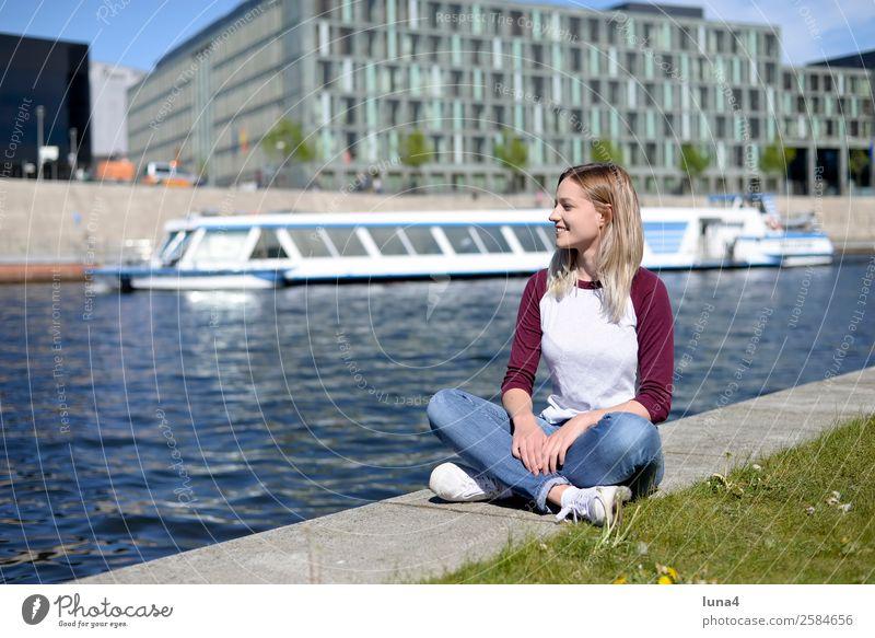 Frau sitzt am Fluß Lifestyle Freude Glück schön Zufriedenheit Erholung Freizeit & Hobby Tourismus Sommer Junge Frau Jugendliche Erwachsene Flussufer Stadt