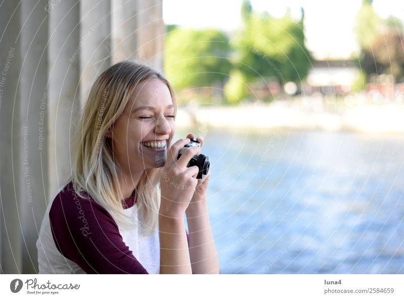 Frau mit alter Kamera Lifestyle Freude Glück schön Zufriedenheit Freizeit & Hobby Tourismus Sommer Fotokamera Junge Frau Jugendliche Erwachsene Wasser Fluss
