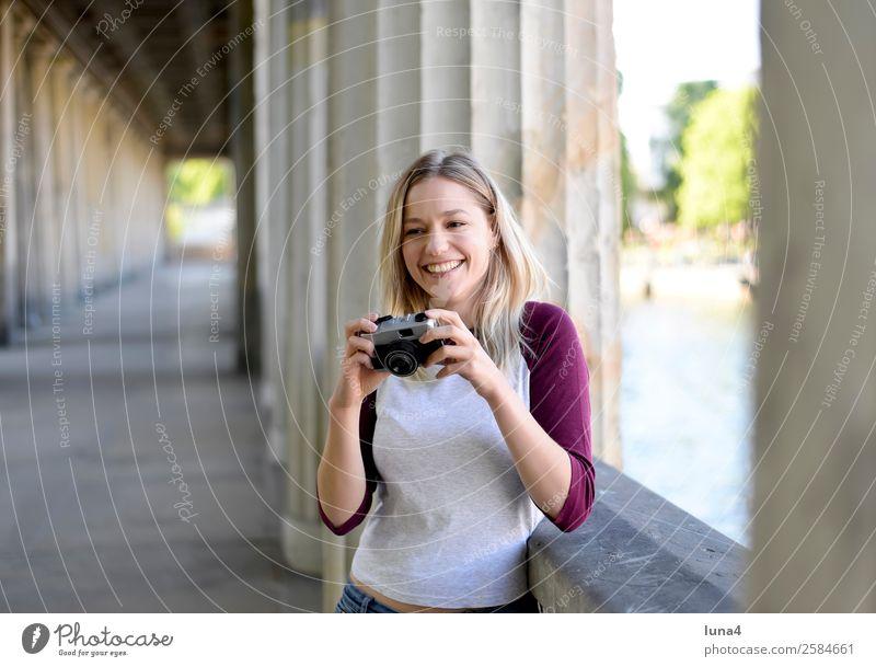 Frau mit alter Kamera Jugendliche Junge Frau Sommer Stadt schön Wasser Freude Lifestyle Erwachsene lachen Glück Tourismus Zufriedenheit Freizeit & Hobby