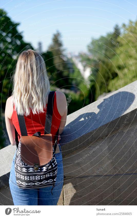 Frau mit Rucksack Lifestyle schön Freizeit & Hobby Tourismus Ausflug Sommer Student Junge Frau Jugendliche Erwachsene Baum Park blond langhaarig beobachten