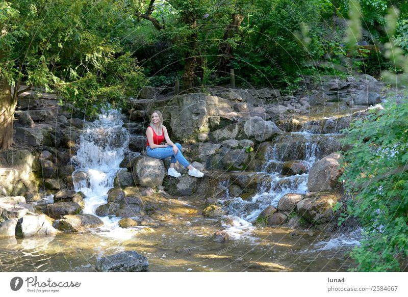 Frau sitzt am Wasserfall Lifestyle Freude Glück schön Zufriedenheit Erholung Freizeit & Hobby Tourismus Sommer Junge Frau Jugendliche Erwachsene Park Stadt