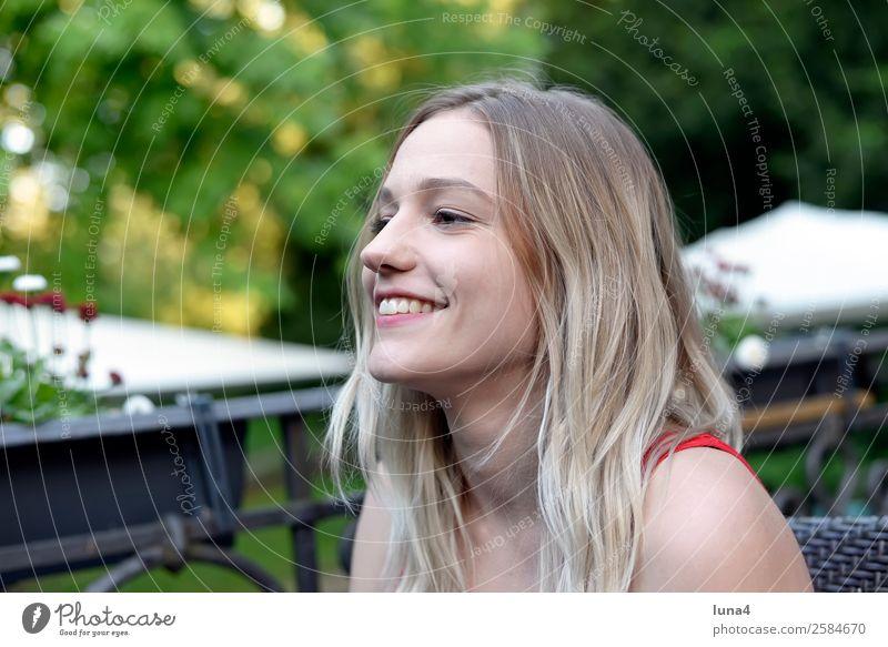fröhliche junge Frau Lifestyle Freude Glück schön Zufriedenheit Erholung Freizeit & Hobby Tourismus Sommer Student Junge Frau Jugendliche Erwachsene Baum Park
