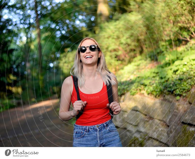 junge Frau im Park Lifestyle Freude Glück schön Zufriedenheit Erholung Freizeit & Hobby Tourismus Sommer wandern Student Junge Frau Jugendliche Erwachsene Baum
