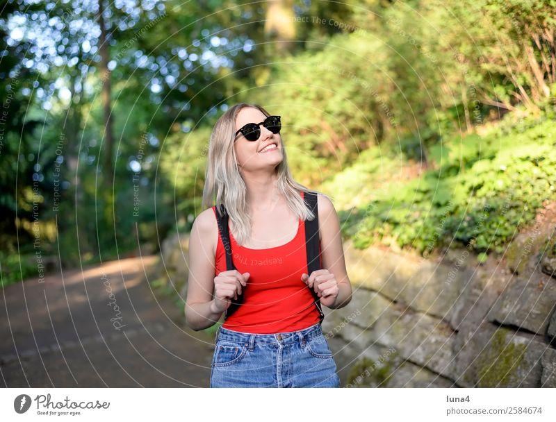 junge Frau im Park Jugendliche Junge Frau Sommer schön Baum Erholung Freude Lifestyle Erwachsene lachen Glück Tourismus Zufriedenheit Freizeit & Hobby wandern