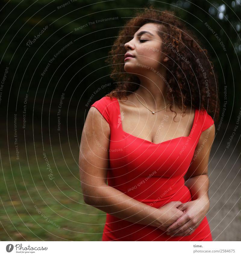 Nikolija feminin Frau Erwachsene 1 Mensch Park Wald Kleid Schmuck brünett langhaarig Locken atmen festhalten genießen stehen schön Lebensfreude selbstbewußt