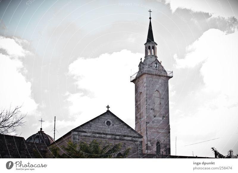 Kirche Himmel Wolken Klima Schönes Wetter Menschenleer Bauwerk Gebäude Kirchturm Christliches Kreuz Christentum Sehenswürdigkeit alt Erwartung Hoffnung
