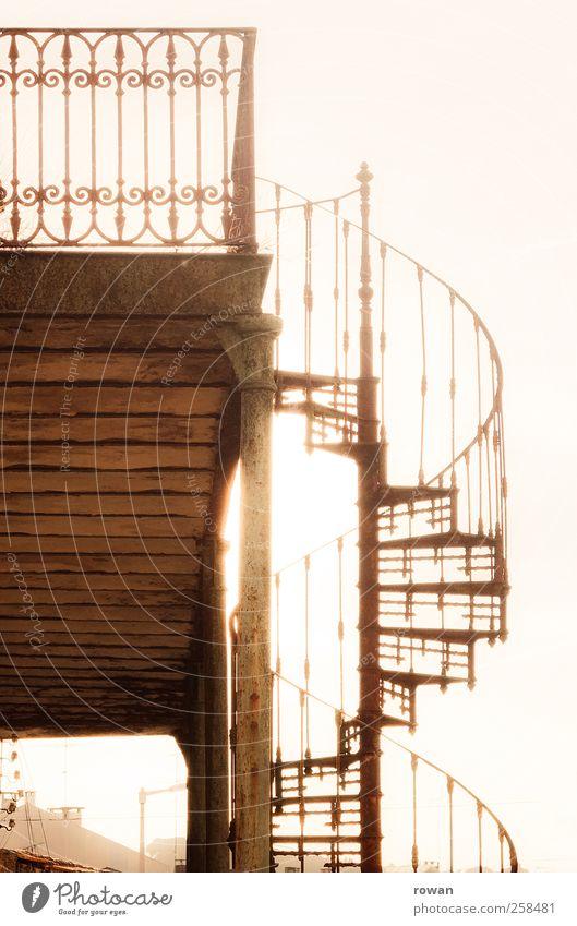 hinauf Haus Einfamilienhaus Traumhaus Bauwerk Gebäude Architektur Treppe Balkon Terrasse alt dunkel gruselig historisch retro Wärme braun Verfall Vergangenheit
