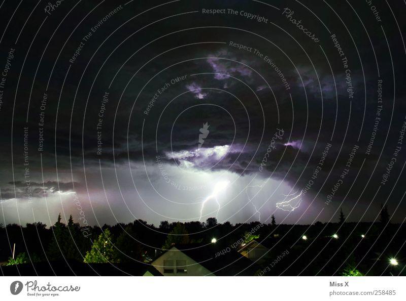 Blitz und Donner Natur Gewitterwolken Nachthimmel Wetter schlechtes Wetter Unwetter Blitze Stadt leuchten bedrohlich dunkel Angst Farbfoto Außenaufnahme