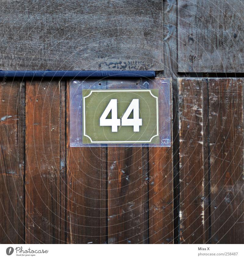 44 Mauer Wand Tür Ziffern & Zahlen braun 40 Hausnummer Holzwand Holzbrett Farbfoto Gedeckte Farben Nahaufnahme Detailaufnahme Muster Strukturen & Formen