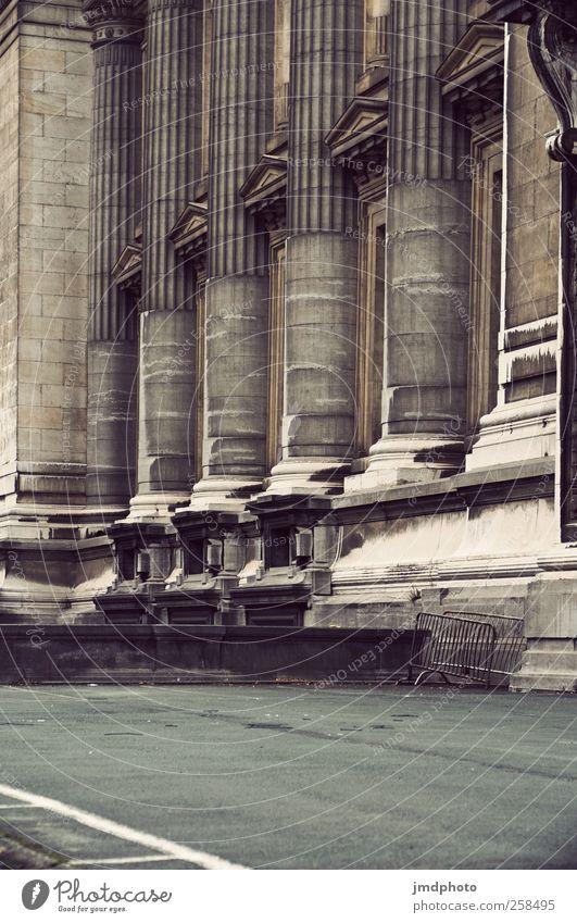 Säulen alt Stadt Ferien & Urlaub & Reisen ruhig Architektur Gebäude Kraft Tourismus Wandel & Veränderung Macht Bauwerk historisch Vergangenheit Burg oder Schloss Denkmal Reichtum