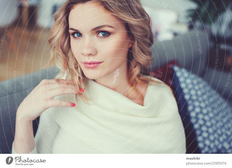 Innenporträt einer jungen egoistischen schönen Frau Lifestyle Schminke Leben harmonisch Erholung Wohnzimmer Erwachsene Jugendliche Pullover träumen modern