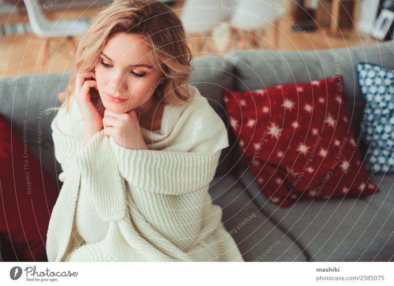 Innenporträt einer jungen egoistischen schönen Frau Lifestyle Krankheit Leben harmonisch Erholung Winter Erwachsene träumen heiß modern natürlich stark