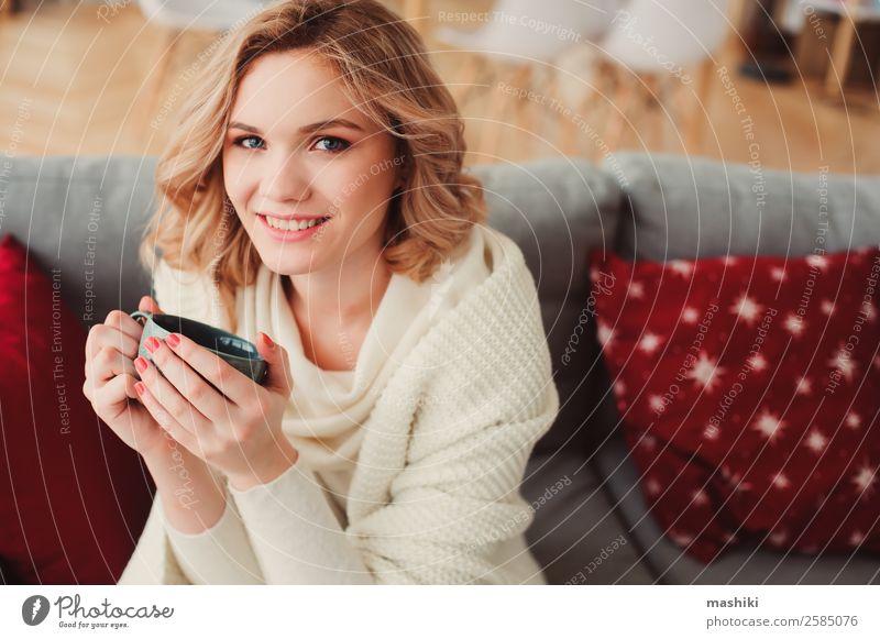 Innenporträt einer jungen egoistischen schönen Frau Frühstück Kaffee Tee Lifestyle Krankheit Leben harmonisch Erholung Winter Wohnung Erwachsene träumen heiß